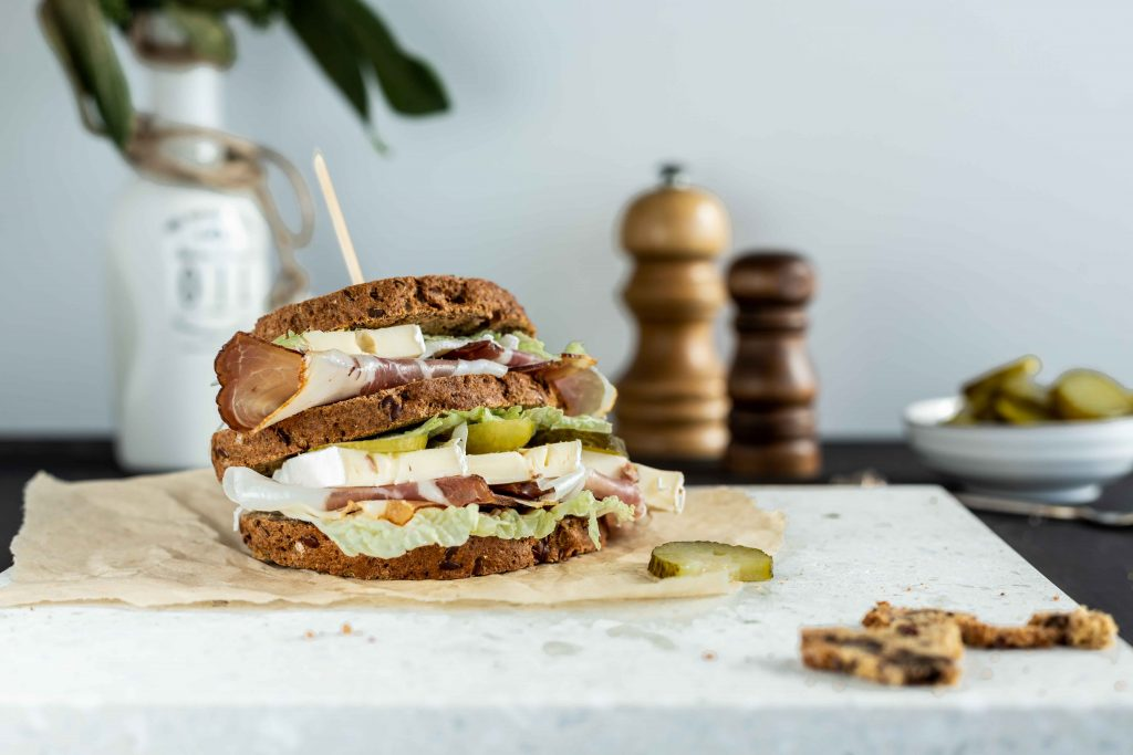 Low carb Sandwich Gurken Speck Camembert Salat