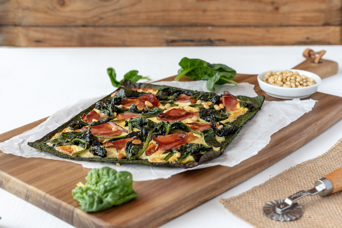 Low carb Spinat Pizza mit Prosciutto & Pinienkerne