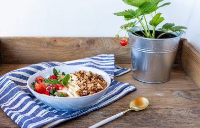 Low carb Granola Bowl mit Beeren (vegan)